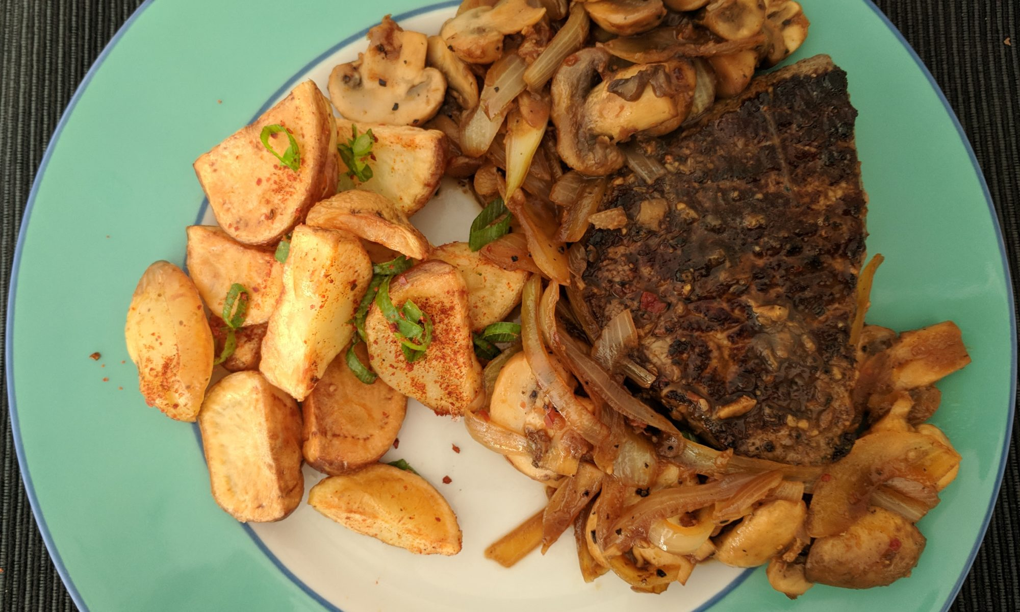 Biefstuk-ribeye-champignons-ketjap-saus-uien-aardappeltjes-uit-de-oven