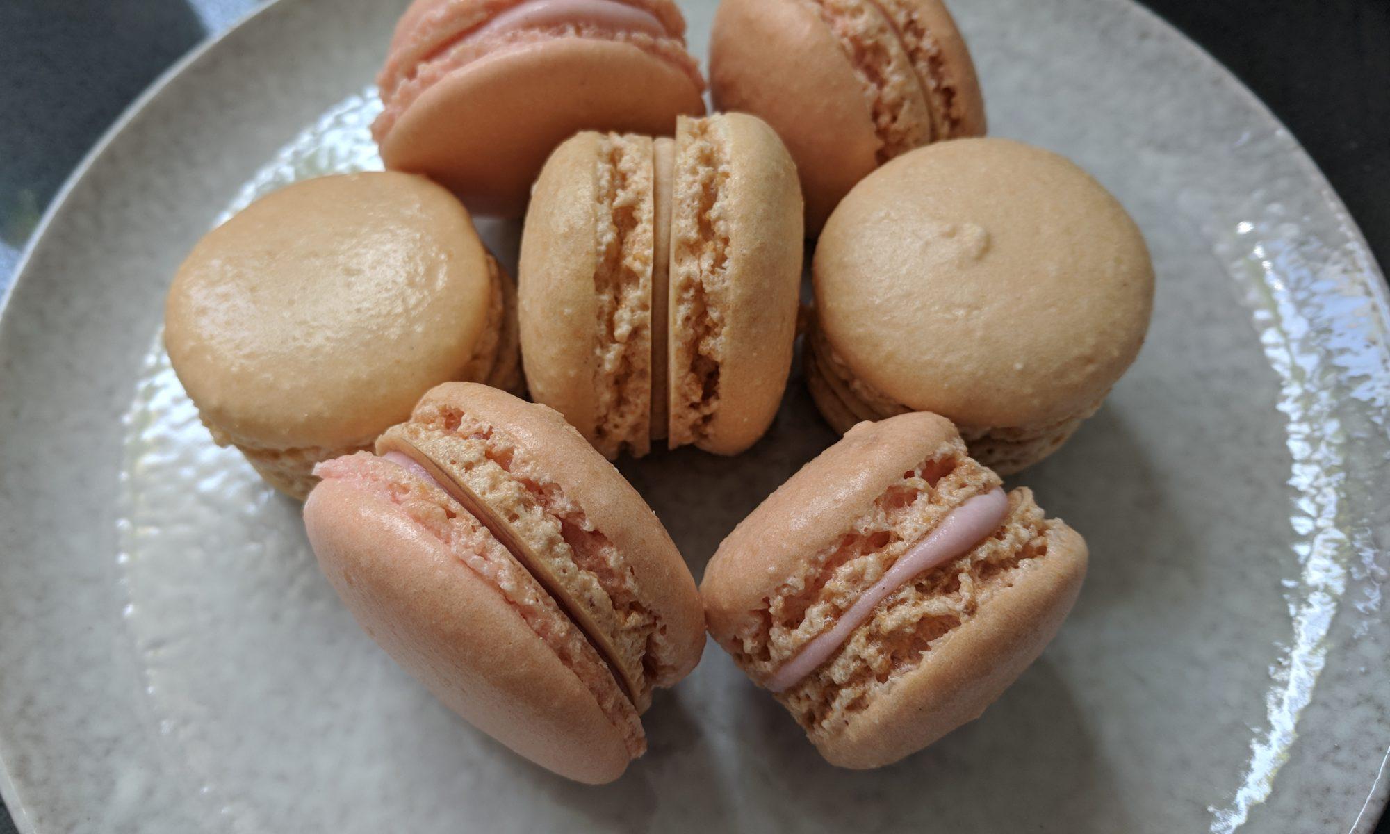 Macarons gezouten karamel salted caramel aardbeiensmaak aardbeienvulling aardbeien