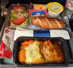 Eten in het vliegtuig, kip met aardappelpuree, salade en lemon cheesecake
