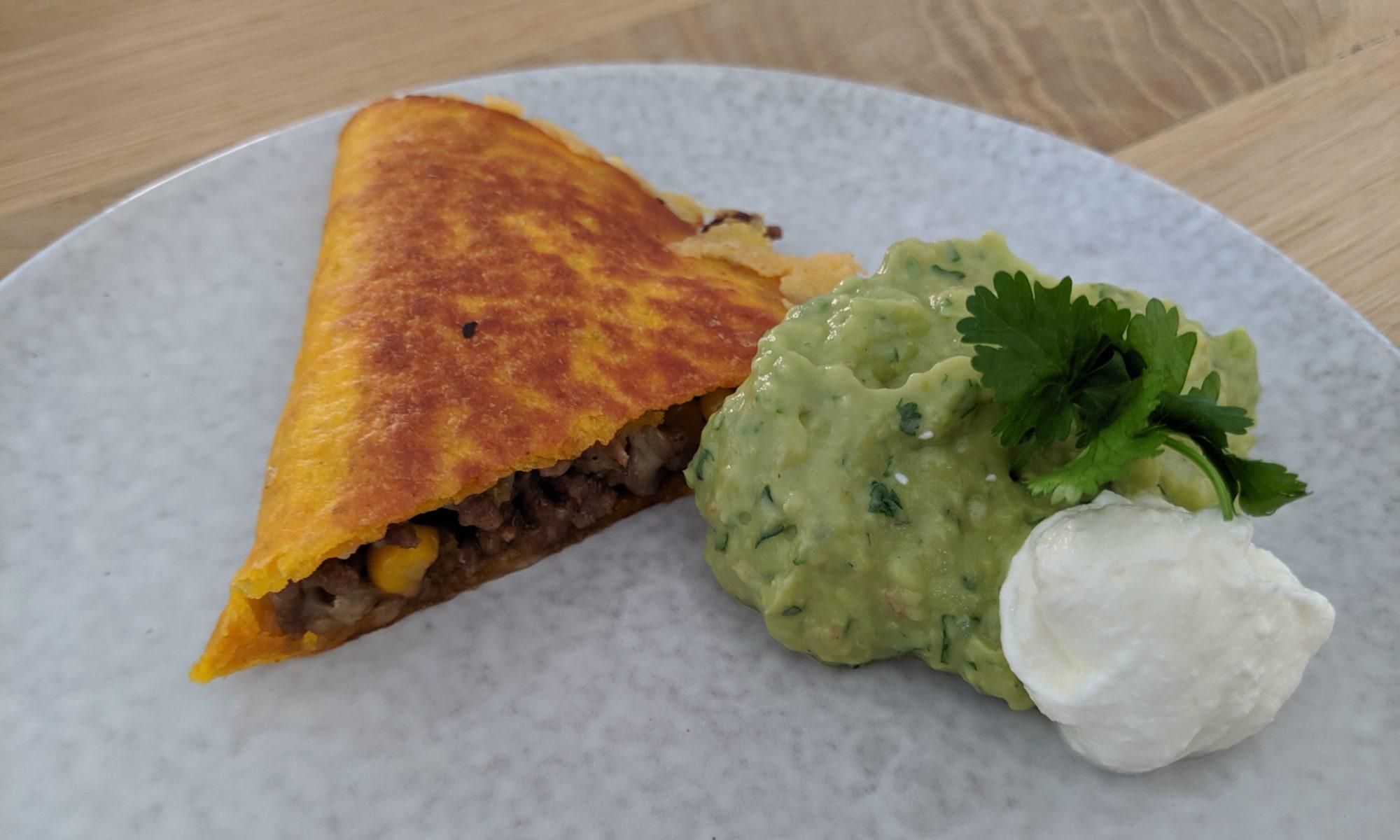 Quesadillas met gehakt of kip met guacamole en zure room mexicaanse tosti